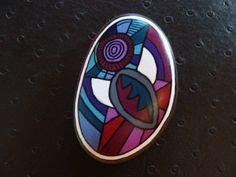 220, Un ange passe....Galet aux crayons de couleur et acrylique dans des tons vifs et multicolores