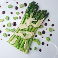 Asperges grillées éclats de parmesan et réduction de balsamique.... #menubistronomique #asperge #parmesan #parmigiano #balsamique #detox #veggie #Food #Foodista #PornFood #Cuisine #Yummy #Cooking