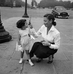 Gene Tierney with daughter in Paris.