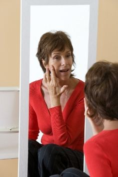 A reposição hormonal durante a menopausa é um assunto controverso. Saiba mais sobre a técnica que promete beneficiar a saúde de mulheres ao redor dos 50 anos.