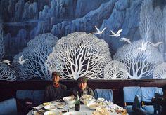 Zwei chinesische Soldaten legen in einem Restaurant in Shanghai eine Mittagspause ein, 1982, photo: Thomas Hoepker