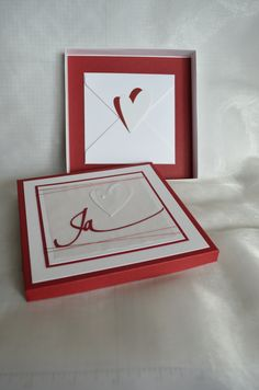 Kartenbox zur Hochzeit mit Umschlag für Geldgeschenk: CS Fedrigoni Naturweiß von Charlie&Paulchen; CS Chili  von SU; Stanze Ja von Renke; Herzstanze 3Coeurs2 kesiart, restl. Material aus eigenem Bestand