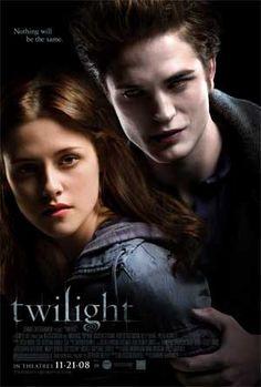 Crepúsculo conta a história de um amor proibido. Bella (Kristen Stewart, de Na Natureza Selvagem), uma adolescente que muda para Forks, Washington, para morar com o pai. Ao chegar à nova casa, Bella se depara com uma família muito misteriosa e cheia de segredos. Aos poucos ela vai conhecendo um dos cinco irmãos da família, Edward (Robert Pattinson, de Harry Potter e o Cálice de Fogo) e descobre o segredo mais importante deles: são vampiros.