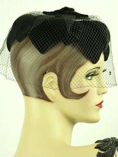 VINTAGE HAT 1950s FRENCH BEAUTIFUL BLACK VELVET PILLBOX w VEIL V CHIC, STUNNING