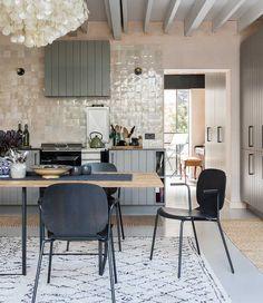 Modern kitchen island and kitchen remodel backsplash. Interior Design Basics, Interior Garden, Decor Interior Design, Kitchen Interior, Kitchen Decor, Interior Decorating, Large Open Plan Kitchens, Open Plan Kitchen Diner, New Kitchen