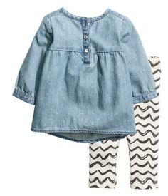 Ljus denimblå/Prickig. Ett set med klänning och leggings. Långärmad klänning i mjuk, tvättad denim med småprickigt mönster. Klänningen har knäppning upptill