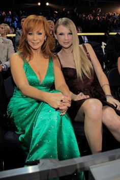 taylor swift and reba mcentire Country Female Singers, Country Music Singers, Country Artists, Taylor Swift Pictures, Taylor Alison Swift, Beautiful Old Woman, Gorgeous Women, Christian Singers, Reba Mcentire