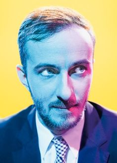 photo idea: strong colours, work with colourful lighting and contrasting backgrounds for striking portraits   (böhmermann im sz magazin/¢ thomas rabsch)
