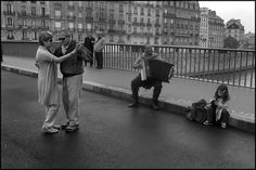 In Paris, Intimate Moments Of Love Captured In Stills