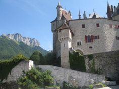 Chateau de Menthon Saint-Bernard hooggelegen op de bergen ten oosten van het meer van Annecy. http://www.gpps.fr/Guides-du-Patrimoine-des-Pays-de-Savoie/Pages/Site/Visites-en-Savoie-Mont-Blanc/Genevois/Autour-du-lac-d-Annecy/Menthon-Saint-Bernard-Chateau