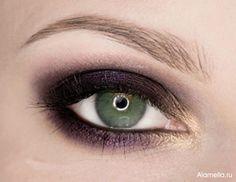 Макияж для зеленых больших глаз под голубое платье