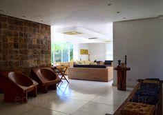 Além deste, duas poltronas esculpidas em madeira maciça e uma enorme pintura completam o lounge montado para recepcionar os convidados.