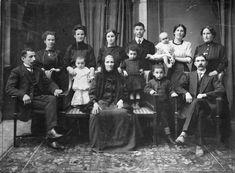 Teppich, Lehnstühle, BANK!!  Vorhänge im HG The Diamond Family Portrait, 1910