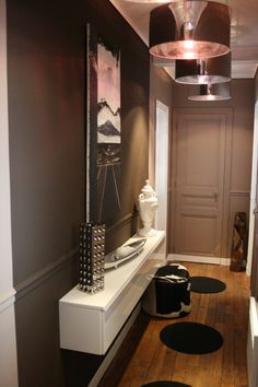 Une petite entrée très chic avec ces suspensions brillantes et une table suspendue Hallway Decorating, Decorating Your Home, Interior Decorating, Apartment Entrance, Photo Deco, Entry Way Design, Amazing Decor, Dark Walls, Interior Design Living Room