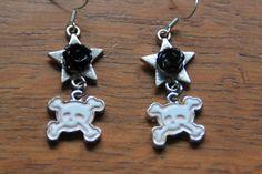 Stoere oorbellen met ster zwarte roos en skull door MissFrauque