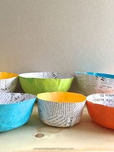 Bunte Schalen aus Papier