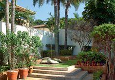 O deque de madeira com almofadas encontra-se no ponto mais alto – e mais escondido – do jardim. A paisagem contempla palmeiras (13), murtas (14), resedás, gardênias e fícus. Ao lado, o projeto do jardim, desenhado à mão pela paisagista