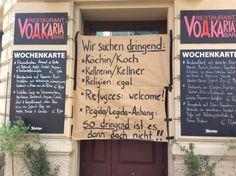 Refugees: welcome! Dieser Jobaushang einer Leipziger Bar ist auf den Punkt. So muss Flüchtlingsdebatte! Genau so.