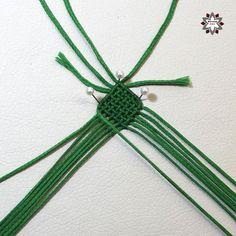 Tutorial: Grid pattern bracelet – Macramotiv Macrame Jewelry, Macrame Bracelets, Diy Friendship Bracelets Patterns, Diy Crafts Jewelry, Micro Macrame, Diy Tutorial, Weaving, Paper Crafts, Places