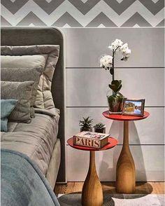Detalhes que fazem a diferença: adorei essas duas mesinhas de canto e a composição da cabeceira da cama com réguas horizontais de madeira e o papel de parede, um chevron cinza claro.