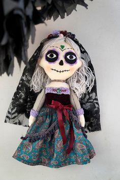 Muñeca artística de trapo La Catrina: El día de los Muertos. LellecoShop #Dayofthedead Quilting Projects, Sewing Projects, Fix Doll Hair, Mexican Artwork, Zombie Dolls, Adornos Halloween, Halloween Doll, Sewing Dolls, Soft Dolls