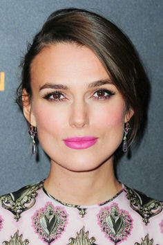 Keira Knightley with pink lips. Keira Knightley avec un rouge à lèvres rose vibrant.