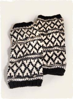 Unsere luxuriösen, auf dem Handstrickrahmen hergestellten Stulpen ziert ein streifenförmiges Rhombennetzwerk in winterlichen Neutralfarbtönen. Mit Rippenkanten vollendet.