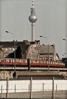 1989, Blick von West-Berlin in den Ostteil der geteilten Stadt - mit Grenzstreifen, S-Bahn, Wohnhäusern und Alex im Hintergrund