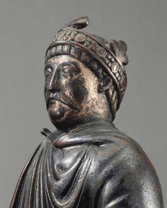 La statuette s'inspire des bronzes équestres antiques. Le cavalier correspond aux descriptions de Charlemagne par ses contemporains, mais ressemble aussi aux portraits de Charles le Chauve. Le bronze est cité dans les inventaires de la cathédrale de Metz dès le XVIIe siècle.