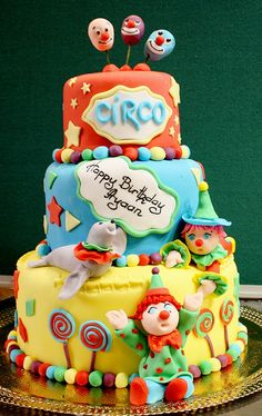 I don't like clowns but this is so cute Circus Theme Cakes, Carnival Cakes, Themed Cakes, Circus Party, Clown Cupcakes, Clown Cake, Cupcake Cakes, 4th Birthday Cakes, Pinterest Cake
