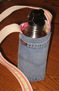 Pickin' and Throwin': Water Bottle Holder/Carrier Sewing Pattern . Pack mule will carry a little less. Diy Bottle, Bottle Bag, Bottle Holders, Wine Bottle Crafts, Plastic Bottle, Water Bottle Carrier, Water Bottle Covers, Jean Crafts, Denim Crafts