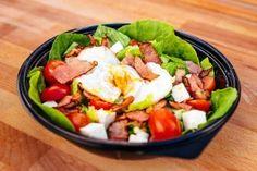 Salata cu Bacon si Ou (breakfast) (360g) Pizza Burgers, Cobb Salad, Bacon, Menu, Breakfast, Food, Menu Board Design, Morning Coffee, Essen