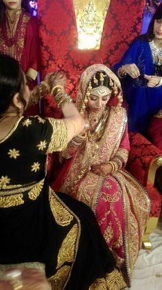 Dulhan Dress, Nikkah Dress, Indian Bridal Outfits, Pakistani Wedding Dresses, Khada Dupatta, Pakistan Bride, Mehndi Brides, Bengali Bride, Bridal Poses