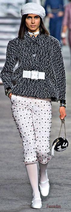 Chanel Resort 2019 Fashion Show Chanel Fashion, Fashion Brand, Runway Fashion, High Fashion, Fashion Show, Womens Fashion, Fashion Design, Chanel Resort, Coco Chanel