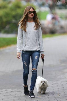 Cómo llevar vaqueros rotos Olivia Palermo con un look deportivo con sudadera gris y zapatillas