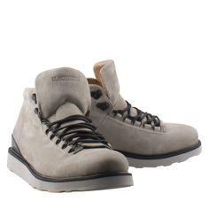 Blackstone MM23 licht grijs nubuck sportieve boot  Trendy boots van het bekende merk Blackstone model MM23 licht grijs. De Blackstone boot is gemaakt van nubuck. De Blackstone heren boot heeft een stoere uitstraling en is uitgevoerd in de kleur licht grijs in combinatie met een witte zool. Deze exclusieve boots van Blackstone hebben een hoogwaardige kwaliteit en zijn bij iedere outfit te dragen. De Blackstone veterschoen heeft een luxe afwerking en leren voering. De grijze boots zijn stevig…