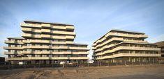 Welvende balkons van wit strekmetaal - Zeeburgereiland, Amsterdam
