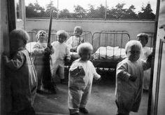 Barnen får frisk luft ute på balkongen i Helsingfors stads mottagningshem för små barn i Sofielund i början av 1940-talet. Helsingfors stadsmuseum.