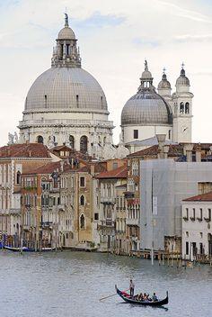 Vista de les cúpules de Sta. Maria della Salute i el Gran Canal, Venècia, amb una única góndola surant sobre les seves aigües.  Vaig fer aquesta foto des del Ponte dell'Accademia.  ===========================================================  Enlarge This Photo  View of the cupolas of Sta. Maria della Salute and the Gran Canal, Venice
