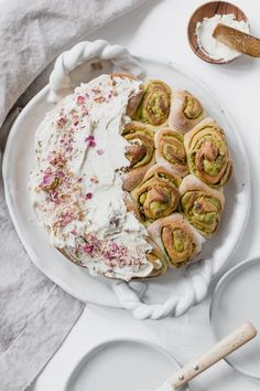 Rose and Cardamom Rolls Pistachio Rose Cardamom Rolls in 45 MinutesPistachio Rose Cardamom Rolls in 45 Minutes Brunch Recipes, Sweet Recipes, Breakfast Recipes, Dessert Recipes, Just Desserts, Delicious Desserts, Yummy Food, Healthy Food, Comfort Food
