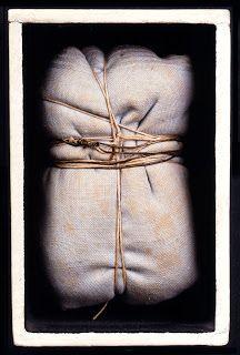 Christo - Package. Concept de disparition ou  art de la perte. Faire disparaître des objets, leur absence devenant ainsi plus visible que leur présence. C'est là tout le sens du travail de Christo.