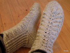 Perinteiset pitsisukat. Tässä ohje Slipper Socks, Slippers, Knitting Socks, Leg Warmers, Mittens, Knitting Patterns, Knitting Ideas, Needlework, Knitwear