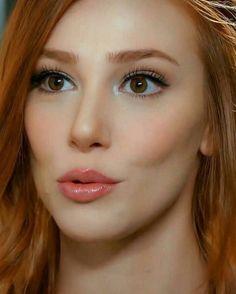 Teen Girl Hairstyles, Cool Hairstyles, Beautiful Redhead, Beautiful Celebrities, Cute Girl Photo, Cool Girl, Elcin Sangu, Prettiest Actresses, Turkish Beauty
