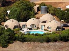 Live in an unique dome-shaped house that looks like it belongs in a sci-fi film. Hut House, Dome House, Natural Building, Green Building, Interior Tropical, Earth Bag Homes, Geodesic Dome Homes, Unusual Homes, Sustainable Architecture