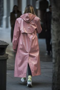 The Best Street Style Moments from Mercedes Benz Fashion Week Tbilisi - crfashionbook New Street Style, Cool Street Fashion, Outfit Vintage, Imper Pvc, Black Women Fashion, Womens Fashion, Raincoat Outfit, Yellow Raincoat, Outfits