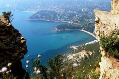 Between Cassis and La Ciotat on the edge of cliffs Soubeyranes, La route des Crêtes (the ridge road) seems suspended between land and sea and is dotted with many natural attractions.