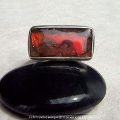 Ring 925 Silber, seitlich mattiert mit einem sehr farbintensiven roten Ammolith. Ein opalesziuerender Ammonit von den Blackfoot aus Kanada
