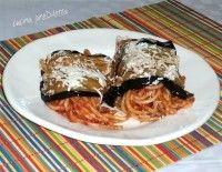 Gli spaghetti alla Norma sono degli involtini di melanzane e spaghetti al pomodoro conditi con abbondante ricotta salata grattugiata sul momento. La pasta alla Norma (QUI trovate la versione classica) è un primo piatto siciliano o, per essere più precisi, un piatto catanese. Spaghetti alla Norma