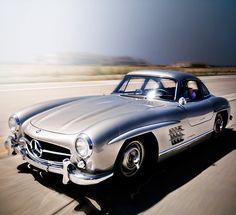 La Mercedes-Benz 300 SL (W198) « papillon » est un modèle d'automobiles à deux…