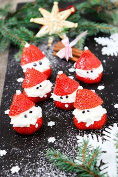 Sötaste deltagarna till jul! Duka fram dessa småtomtar, dom blir garanterat populära! Använd strössel, sesamfrö eller annat ätbart till ögon. #tomtar #jordgubbar #grädde #adventsmys #glöggmingel #jul Christmas Town, Xmas, Banana Dessert Recipes, Desserts, Fika, Dessert Drinks, Strawberry, Food And Drink, Merry